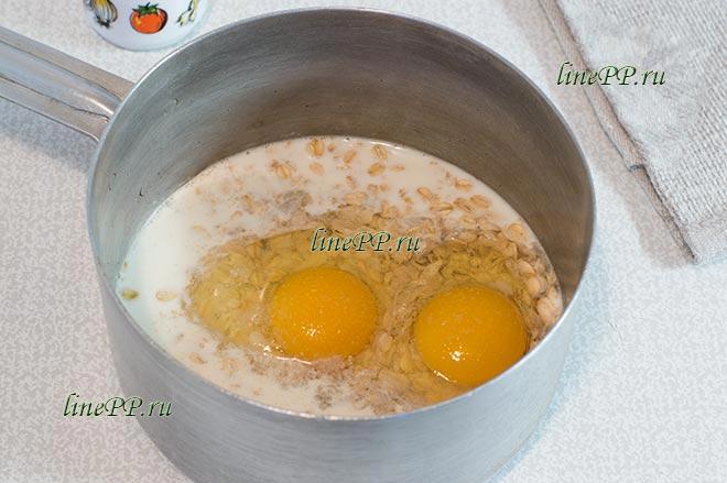 Овсяноблин с молоком и яйцом на сковороде