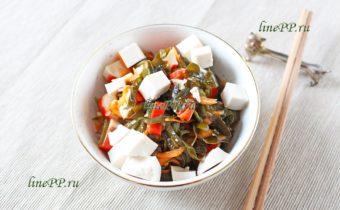 Салат с крабовыми палочками, морской капустой и тофу - пп рецепт