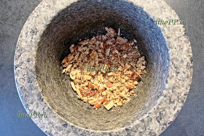 Орехи пекан в ступке